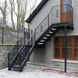 10 Металлическая лестница на второй этаж дома