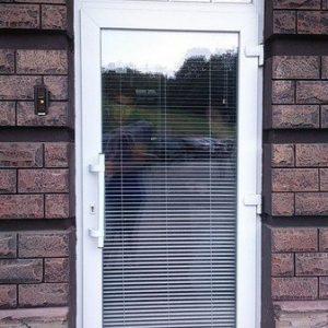 11 Металлпоалстиковая дверь с фрамугой