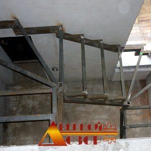 13 П-образная металлическая лестница с забежными ступенями