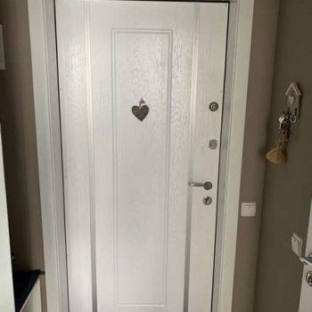 28 Входная дверь белая + фальшкороб
