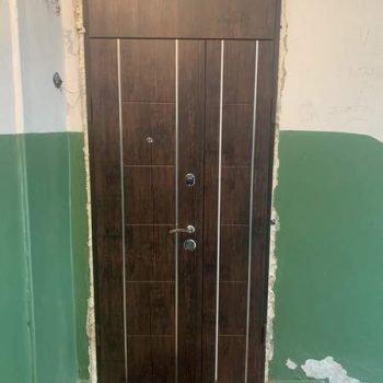 31 Входная дверь с молдингами + фрамуга