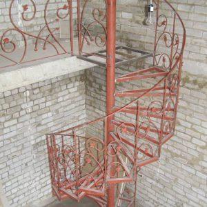 3 Металлическая лестница винтовая