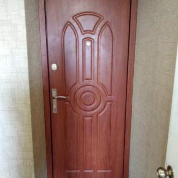 41 Входная дверь в квартиру коричневая