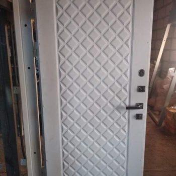 44 Входная дверь белая