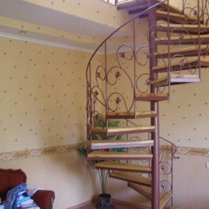 4 Металлическая лестница винтовая на второй этаж дома