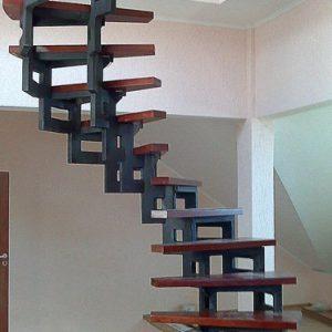 5 Металлическая лестница винтовая в частном доме