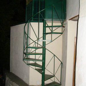 6 Металлическая лестница винтовая зеленая