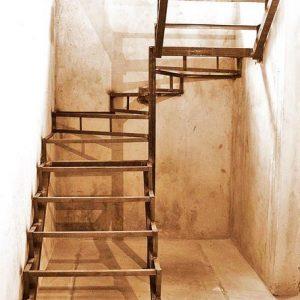 7 Металлическая лестница в кладовку