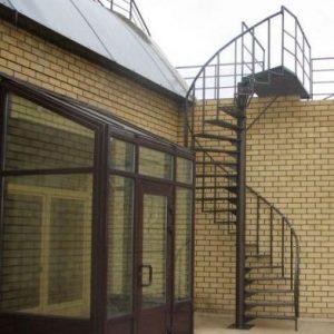 8 Металлическая лестница винтовая в коттедже